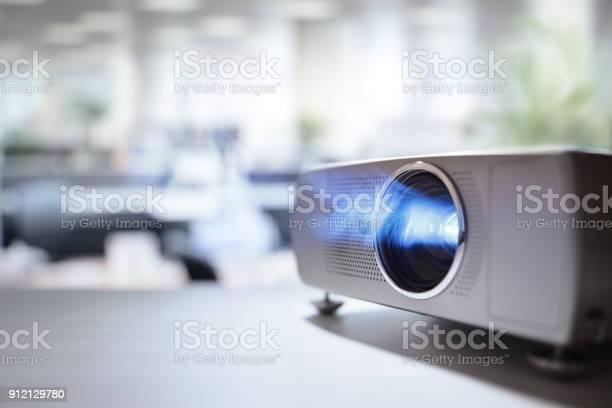 Präsentation Mit Videobeamer Im Büro Stockfoto und mehr Bilder von Arbeiten