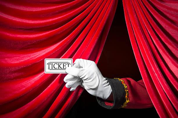 presentare il ticket - biglietto del cinema foto e immagini stock