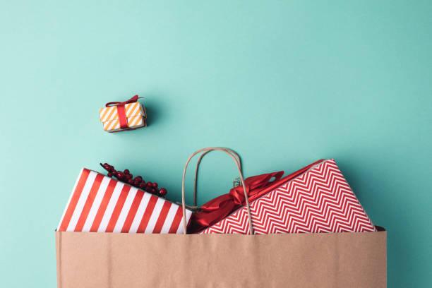 종이 가방에 선물 - 쇼핑백 뉴스 사진 이미지