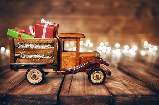 presents on toy car - jouet photos et images de collection