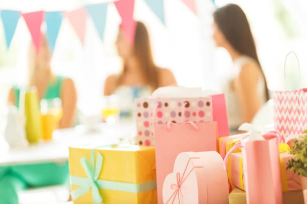 se presenta  - baby shower fotografías e imágenes de stock