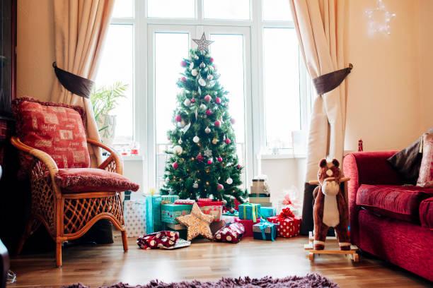 presents under the christmas tree - poniżej zdjęcia i obrazy z banku zdjęć
