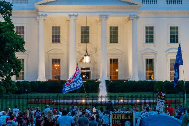 president donald trump supporters and protesters at white house - кандидат на пост президента стоковые фото и изображения