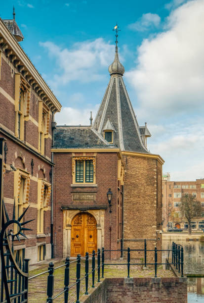 den haag, nederland - 10 november 2020: de toren van president mark rutte. met refelction in het water van de hofvijver. parlementsverkiezingen maart 2021 - rutte stockfoto's en -beelden