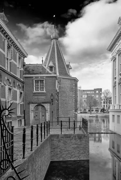 de toren van president mark rutte. met water uit de hofvijver in zwart-wit. parlementsverkiezingen maart 2021 - rutte stockfoto's en -beelden