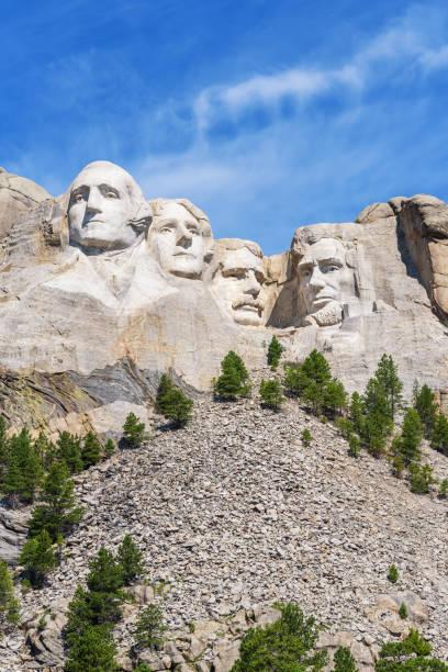 präsidenten-skulptur am mount rushmore national memorial, usa. blauer himmelshintergrund. vertikalen layout. - lincoln united stock-fotos und bilder