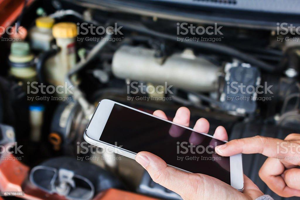 Hand press mobile screen, calling mechanic to fix broken car