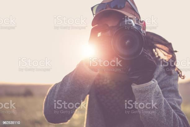 Foto de Fotógrafo De Imprensa Com Câmera e mais fotos de stock de Adulto