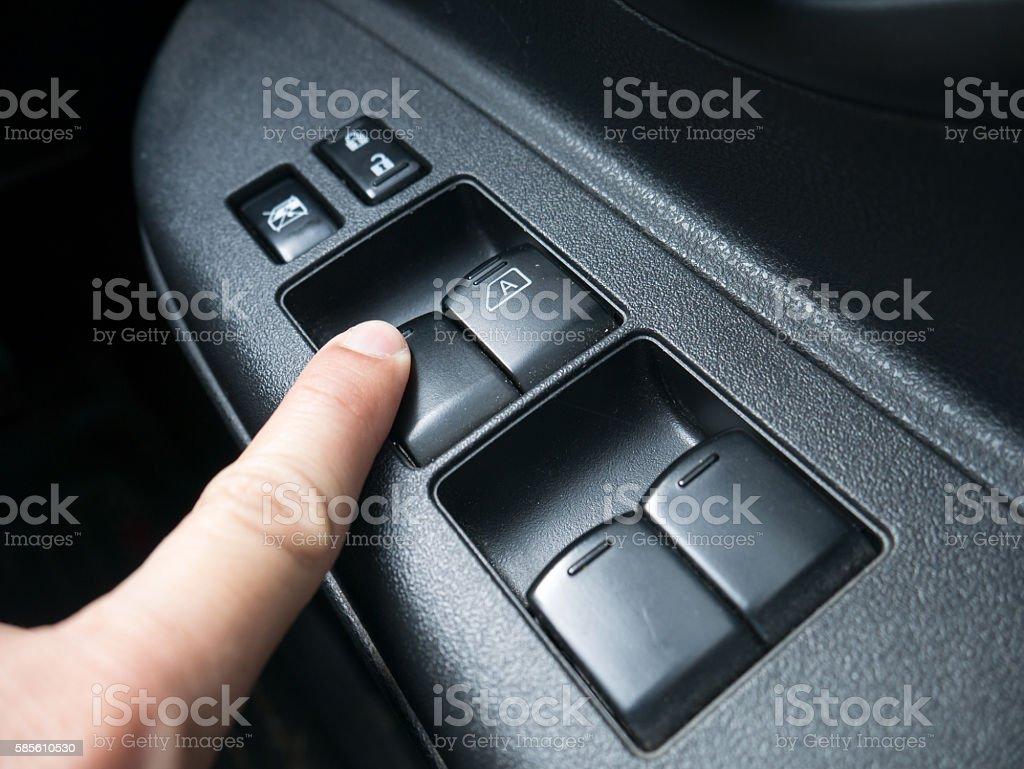 press the button to open car door – zdjęcie