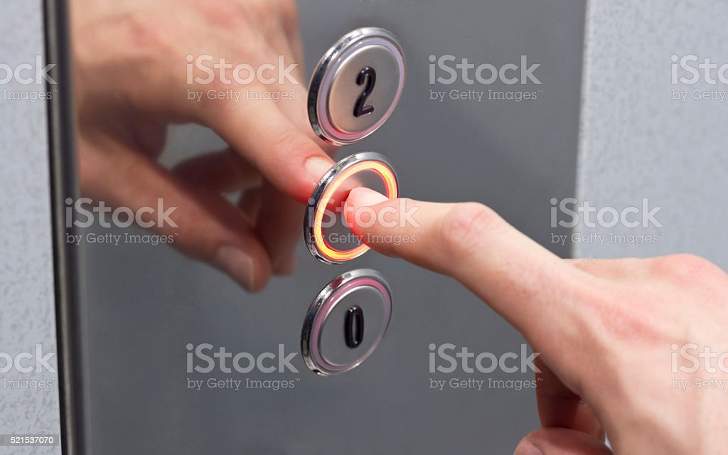 Presionar el botón del ascensor - foto de stock