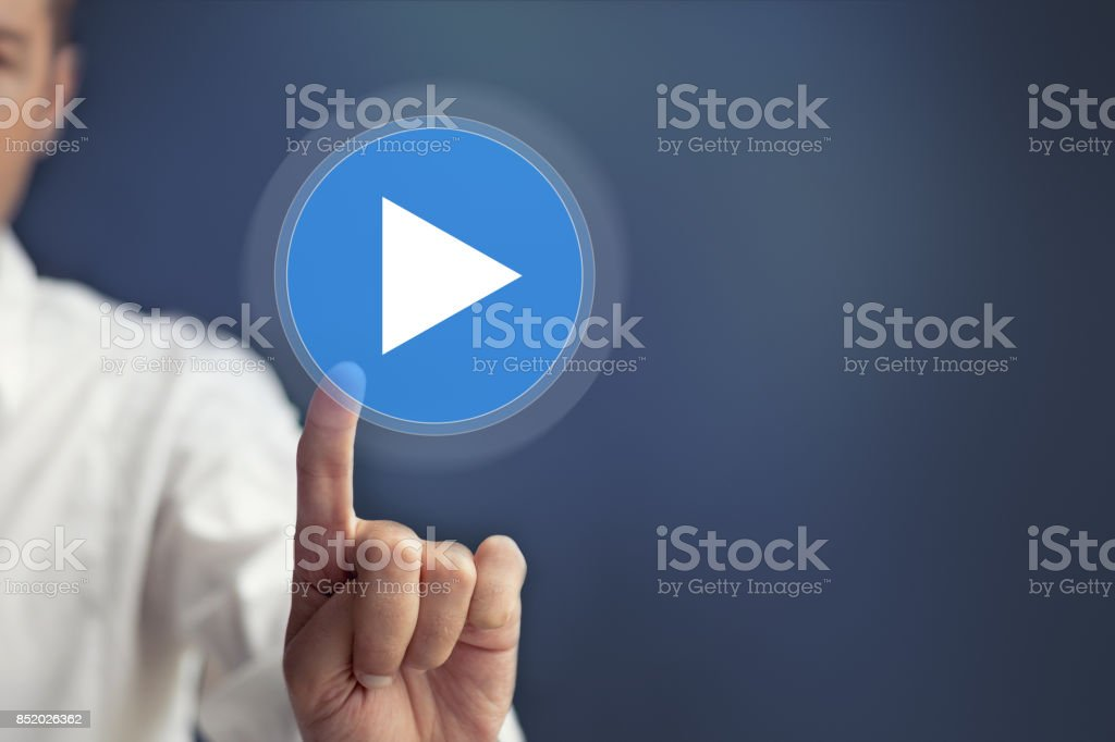 Presionar el botón de play en la pantalla táctil. - foto de stock