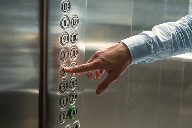 premendo il pulsante con l'ascensore - ascensore foto e immagini stock