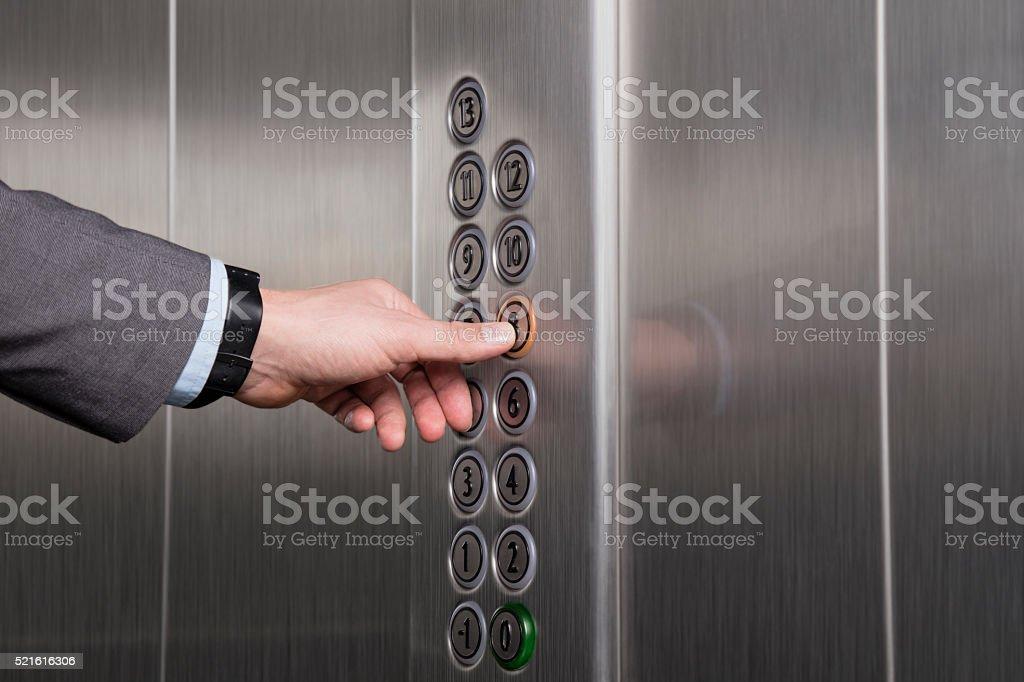 Presionar el botón en el ascensor - foto de stock