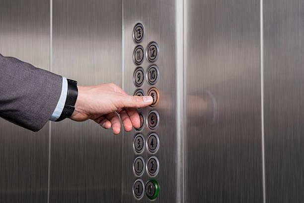 Pressione o botão do elevador - foto de acervo