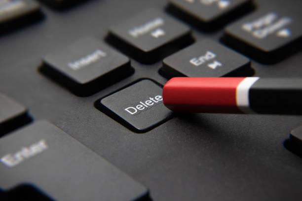 """naciśnięcie klawisza """"usuń"""" na czarnej klawiaturze za pomocą ołówka - delete zdjęcia i obrazy z banku zdjęć"""