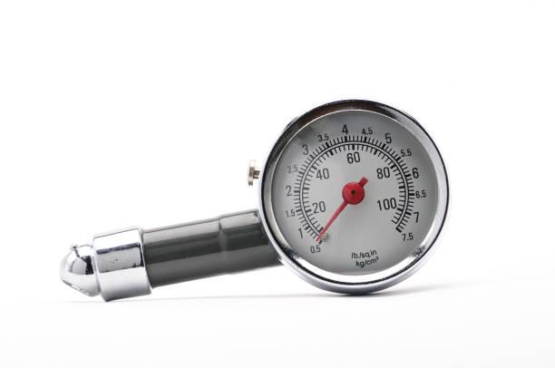 tryckmätare för mätning av lufttryck i bildäck på vit botten - barometer bildbanksfoton och bilder