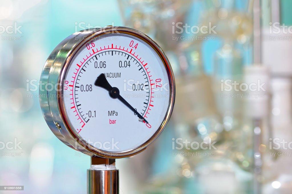Manomètre de pression sur un arrière-plan flou industriels. - Photo