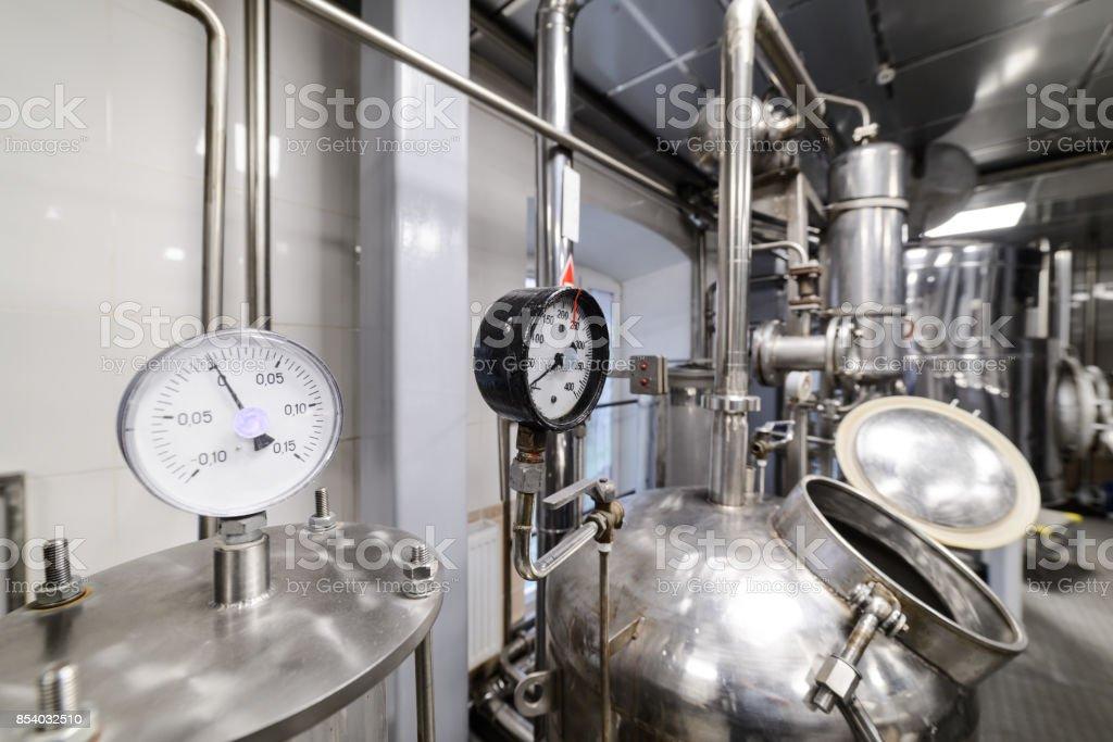 Medidores de presión. Equipo de la destilación de alcohol - foto de stock