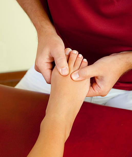 Druckpunkt Reflexzonenmassage von weiblichen Fuß und Zehen – Foto
