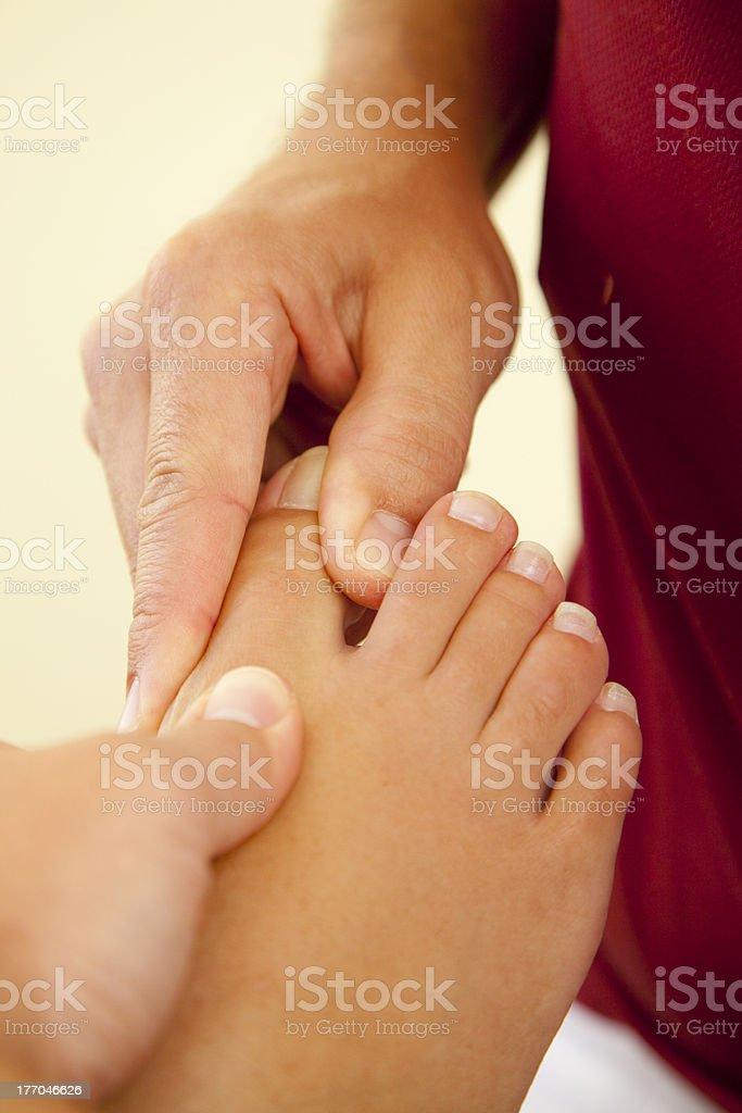 Druckpunkt Reflexzonenmassage von weiblichen Fuß – Foto