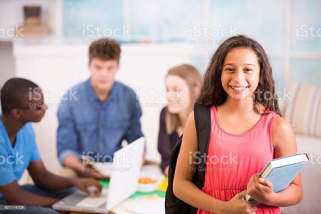 Chica Preteen mochila, libro de texto.  Adolescentes estudio juntos en su casa. - foto de stock