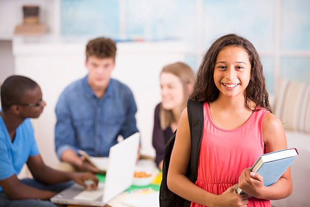 chica preteen mochila, libro de texto.  adolescentes estudio juntos en su casa. - escuela media fotografías e imágenes de stock