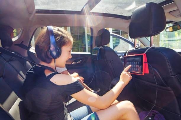 Preteen Mädchen mit Tablet im Auto bereit für einen Roadtrip – Foto