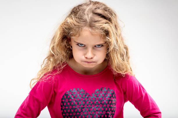 青春期前生氣的女孩製作張生氣的臉 - 反叛 個照片及圖片檔