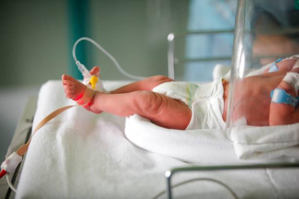 pretem baby - neugeborene krankenhaus outfits stock-fotos und bilder