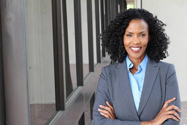 schöne afroamerikanische frau bei der arbeit - geschäftskleidung stock-fotos und bilder