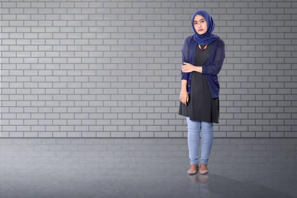 Jolie asiatique femme musulmane debout avec confiance - Photo