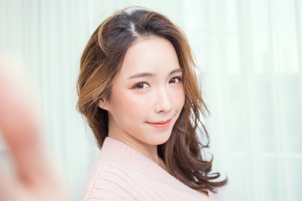 mooie aziatische vrouw nemen een zelfportret met haar smartphone aziatisch meisje selfie - selfie girl stockfoto's en -beelden