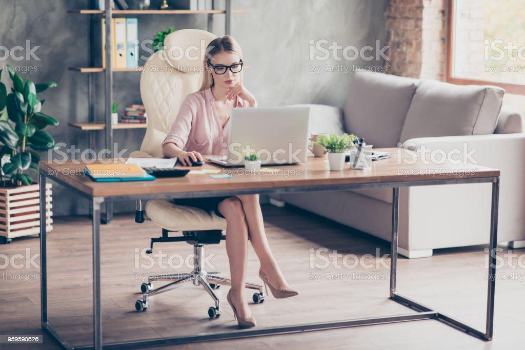 caa401cd5 Bonita, atraente, charmoso, sexy, inteligente contador sentado na poltrona  de couro no