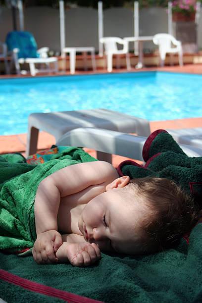 Schönes baby Schlafen auf einer Bank und Handtücher – Foto
