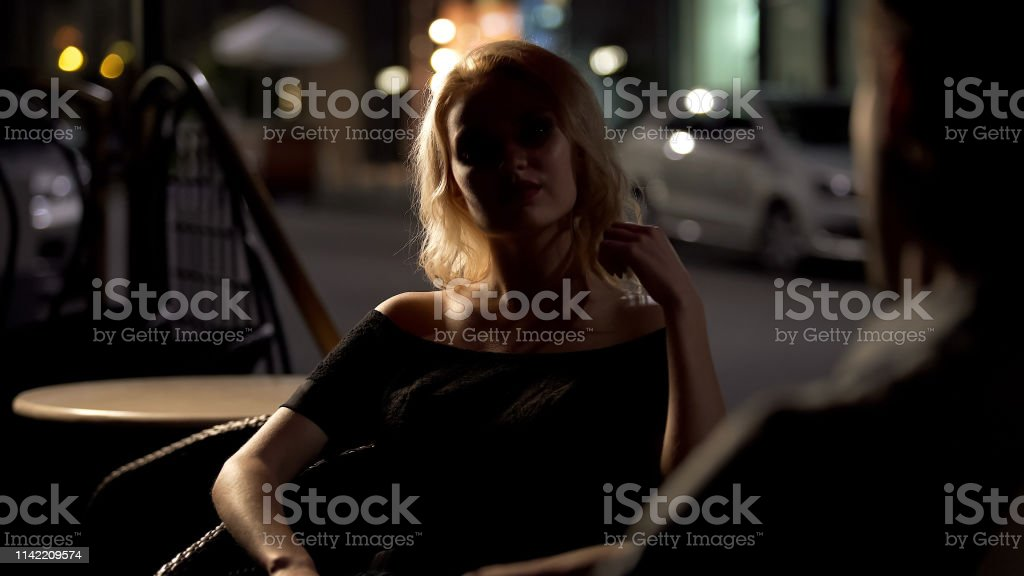 Bonita Dama Rubia Sentada En La Terraza Lounge Bar Con