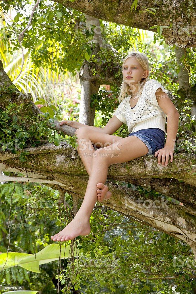 Schöne Blonde Mädchen in einem Banyon Tree – Foto