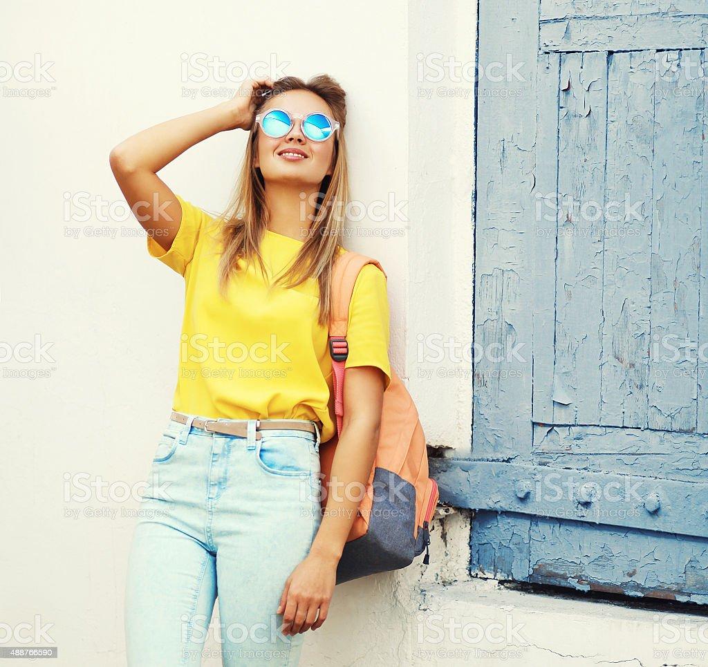 Jolie jeune femme blonde avec des lunettes de soleil et jaune t-shir photo  libre 829c84b81e66