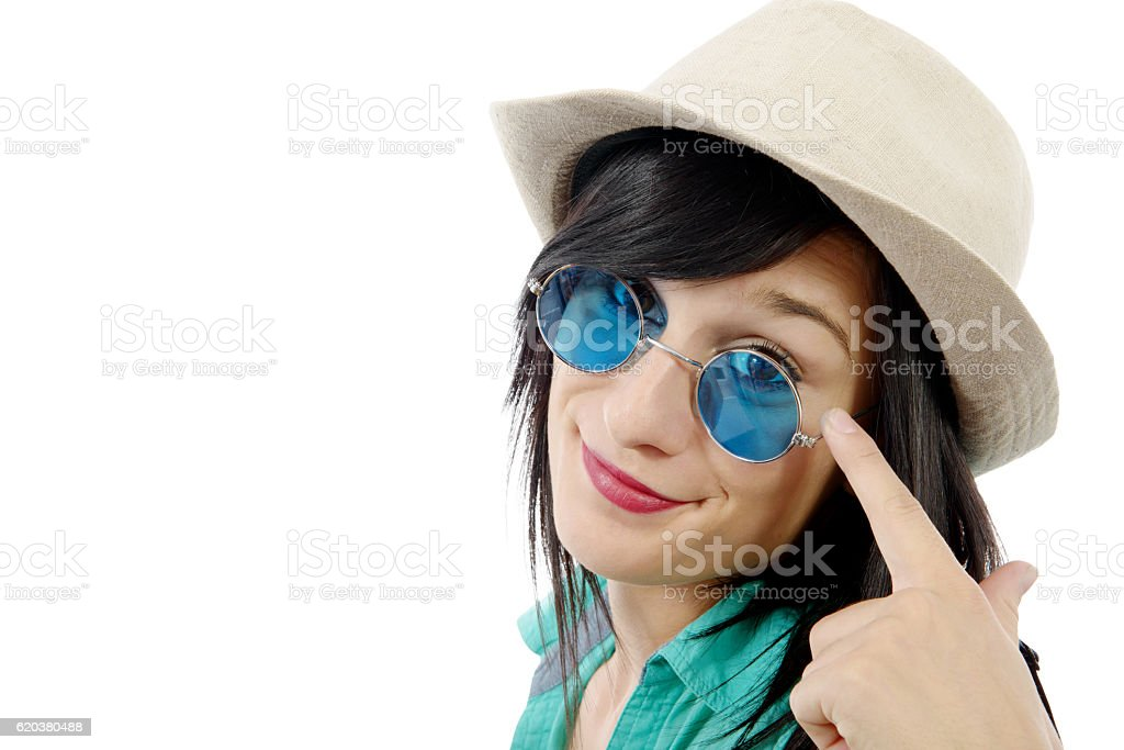 pretty brunette girl with a summer hat and blue sunglasses foto de stock royalty-free