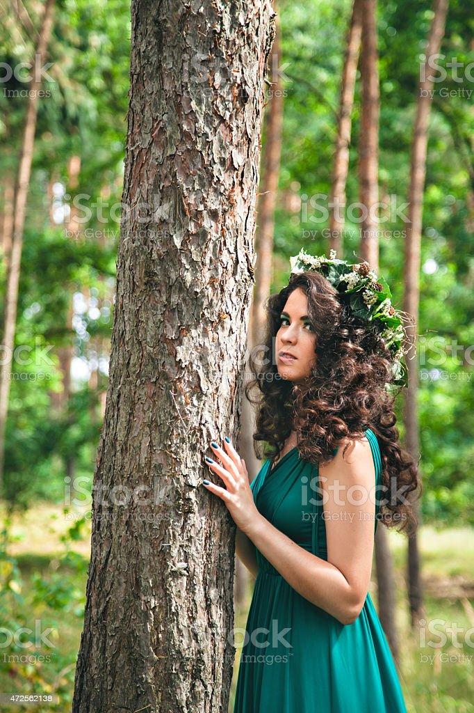Брюнетка в лесу