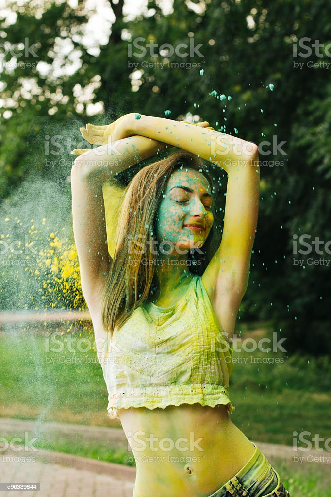 Pretty brunette woman playing with dry paint holi Lizenzfreies stock-foto