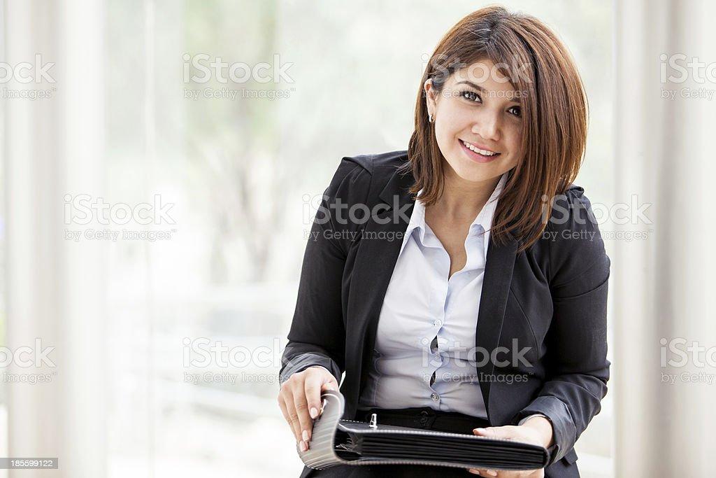 Hübsche Geschäftsfrau am Arbeitsplatz – Foto