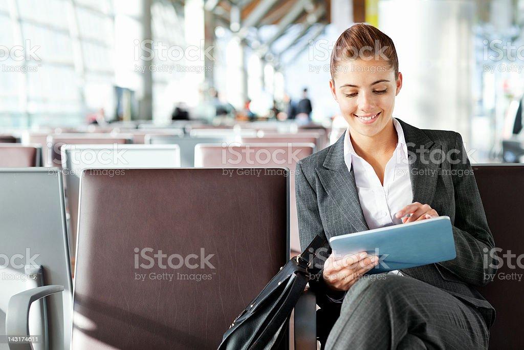 Hübsche Geschäftsfrau mit tablet in departure area – Foto