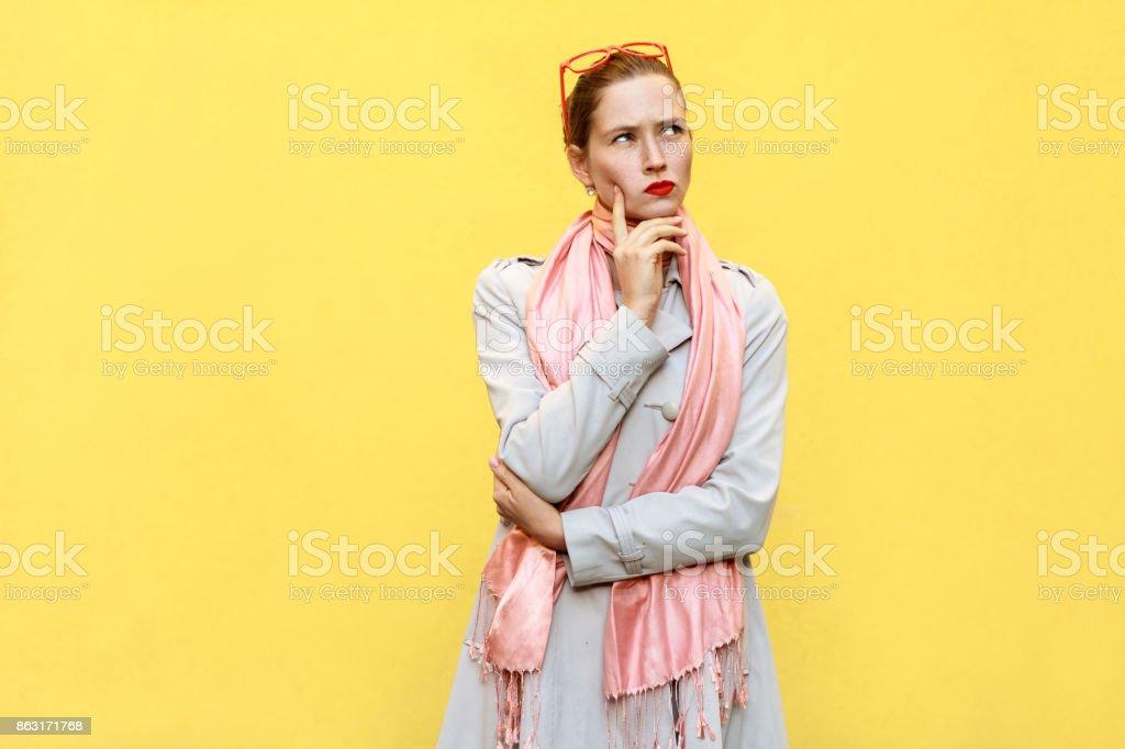 Ziemlich lässig Stil Mädchen in Fell und rosa Schal, bekam die Idee und das denken. – Foto