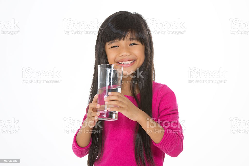 Jolie enfant boissons de l'eau - Photo