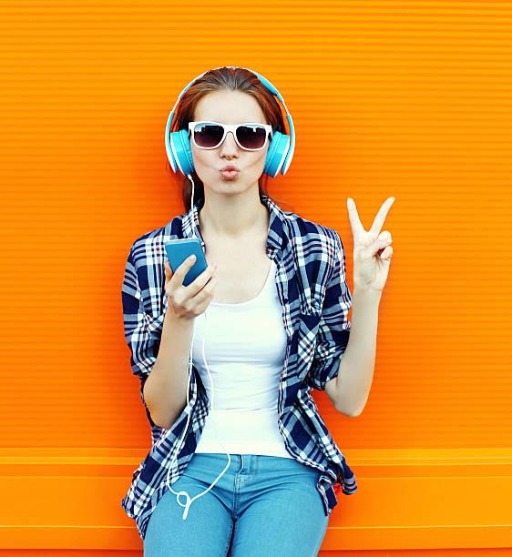 ziemlich coole mädchen spaß und hört musik im kopfhörer - geräusche app stock-fotos und bilder