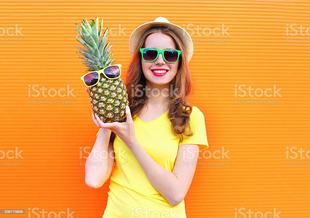 Ziemlich Coole Mädchen In Sonnenbrille Mit Ananas Spaß Haben