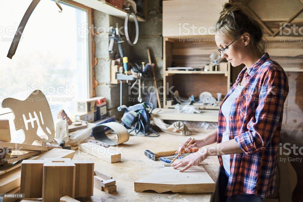 Hübsche Handwerkerin Messung Plank – Foto