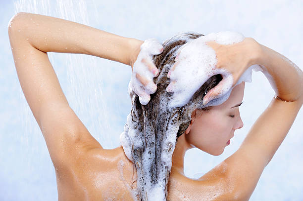 linda elegancy mulher tomando banho - shampoo - fotografias e filmes do acervo