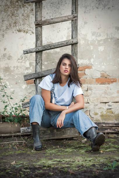 hübsche bauernmädchen - jeans overall stock-fotos und bilder