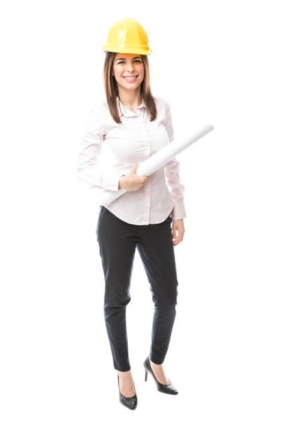 arquitecto muy femenina con un casco - arquitecta fotografías e imágenes de stock